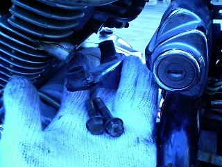 リヤアッパエンジンブラケットとボルト