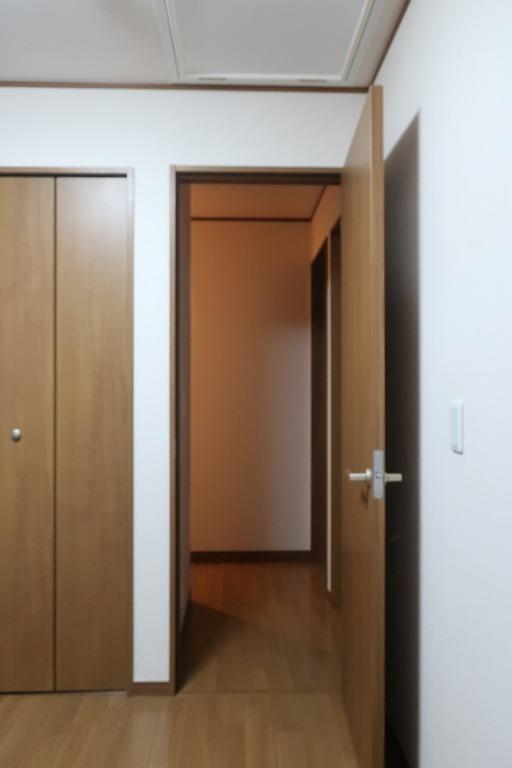 部屋の内開きのドアを外開きに変更 (1)