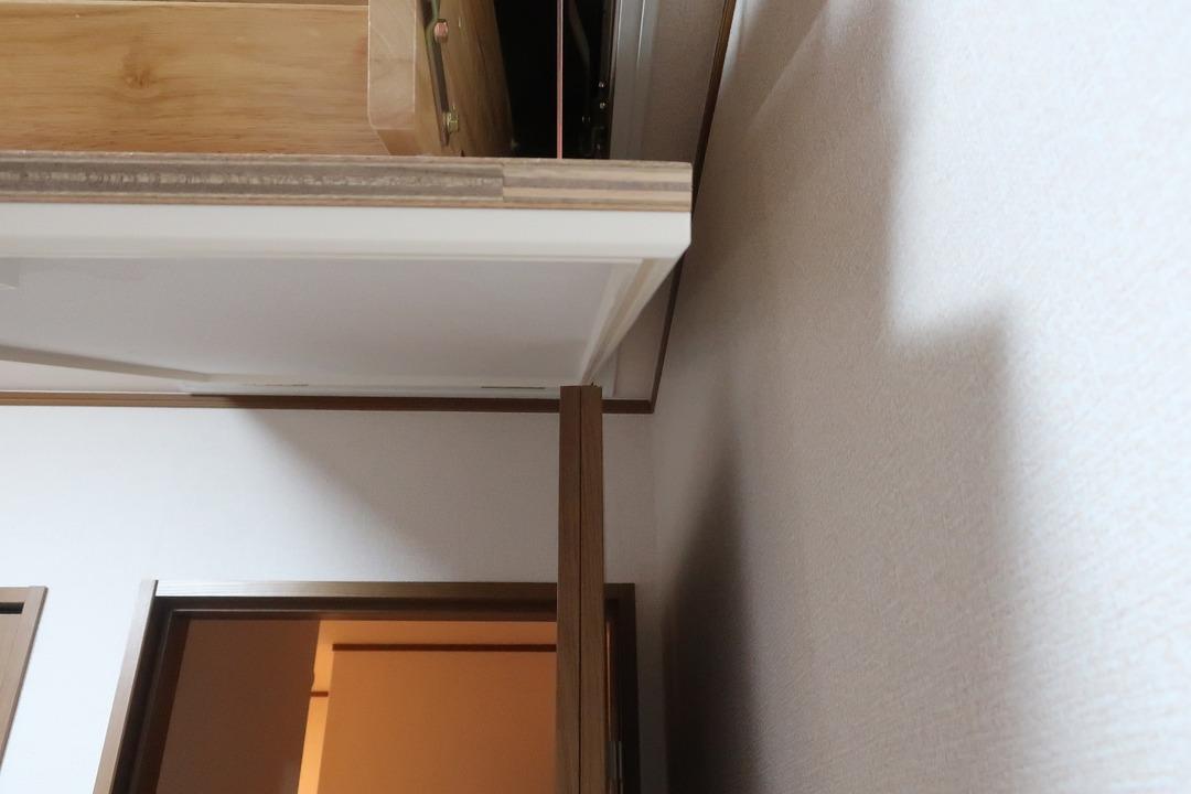 部屋の内開きのドアを外開きに変更 (2)