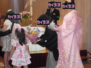 ピンクの和装と子供からの花束贈呈
