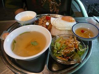 鶏ひき肉と野菜のバジル炒めライス