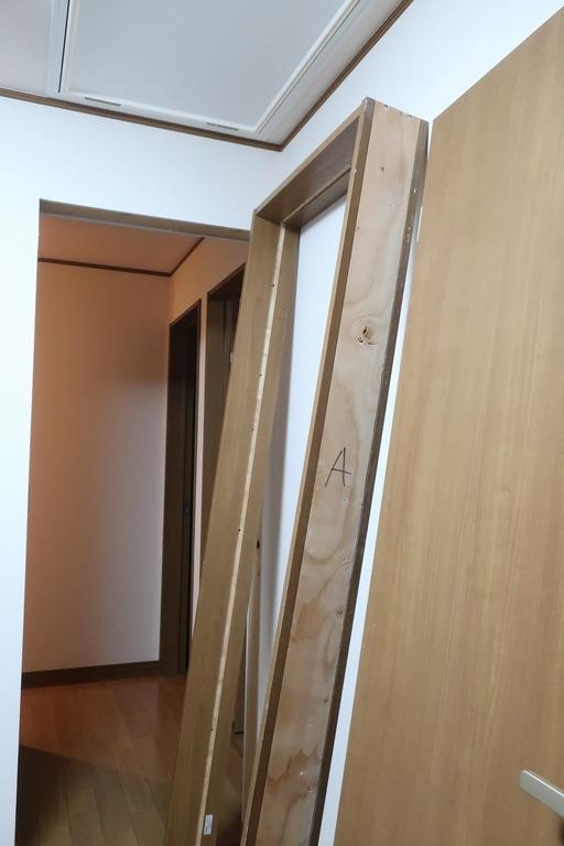 部屋の内開きのドアを外開きに変更 (11)