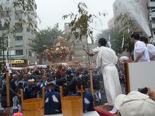 富岡八幡宮例大祭神輿に水掛