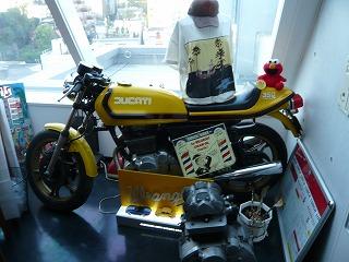 入口のバイク