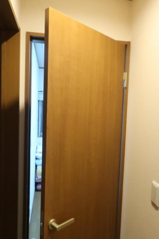 部屋の内開きのドアを外開きに変更 (13)