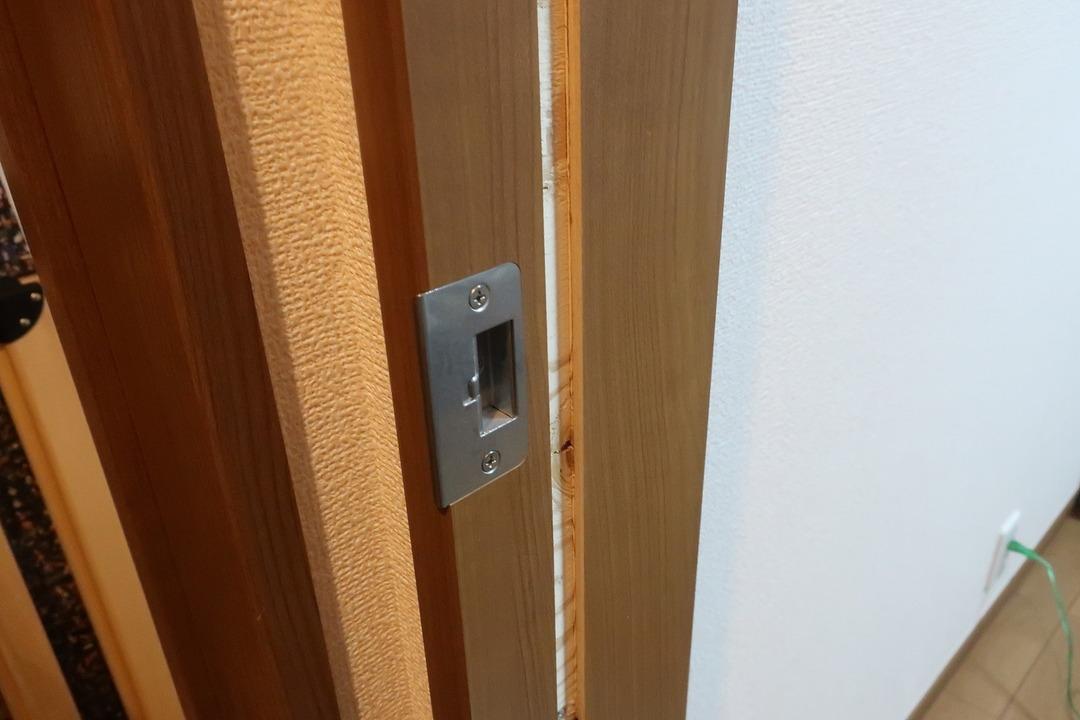 部屋の内開きのドアを外開きに変更 (12)