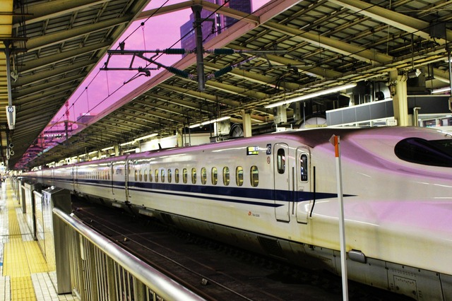 新幹線と紫色の空