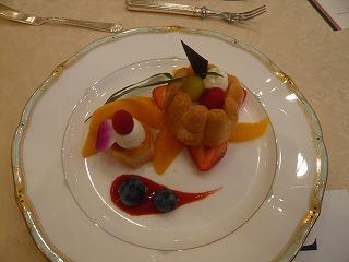 美しいストロベリームースのシャルロット仕立て 季節のフルーツ添え