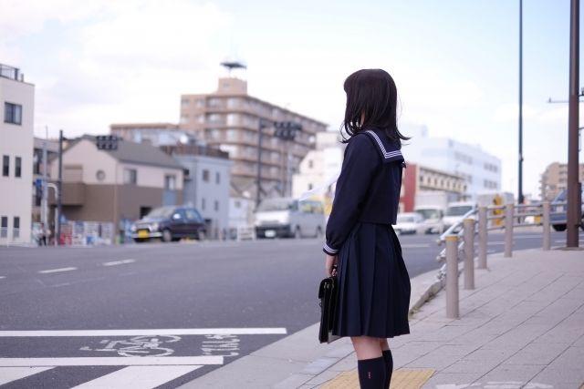 制服を着た通学中の女子高生