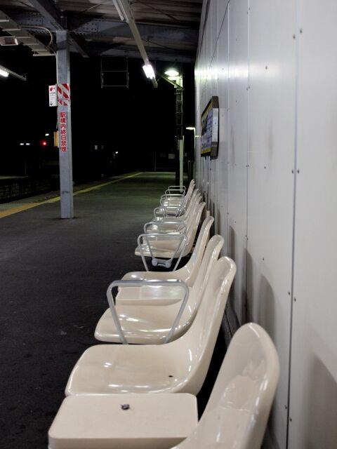 夜の駅ホームのベンチ