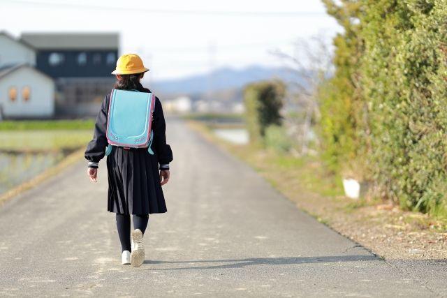 学校へ登校中の小学生の女の子