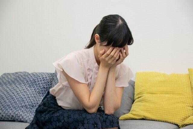 ショックを受けて泣く女性
