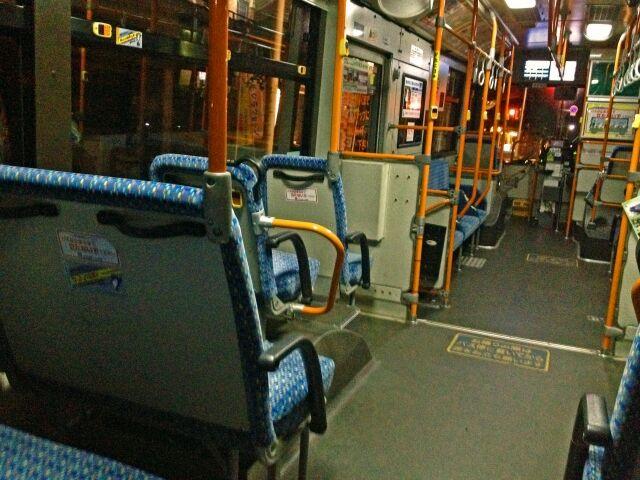 夜の路線バス車内