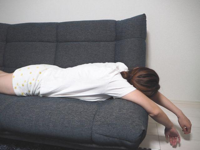ソファーに寝る女性