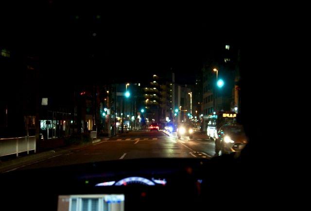 車の中から見る夜の道路