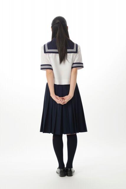 夏服セーラー服の女子高校生の少女(後姿)