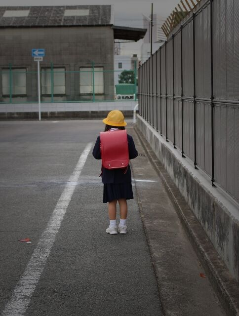 下校中の小学生の女の子の後姿
