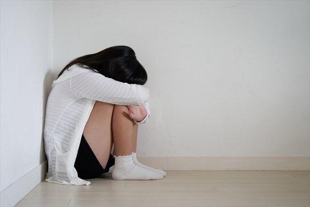 体育座りして泣く女の子