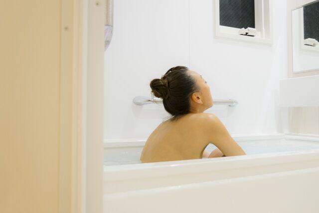 お風呂に入る女性の姿
