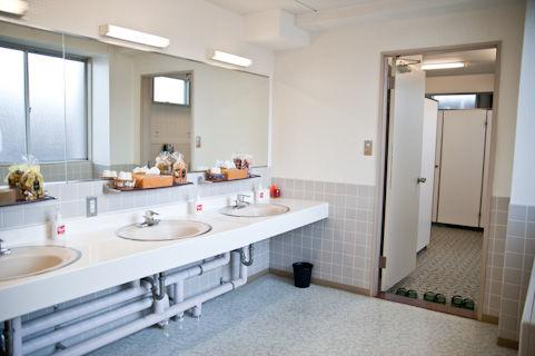 商業ビルの女子トイレ