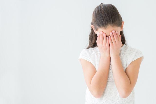私服姿で泣く女子中学生の少女
