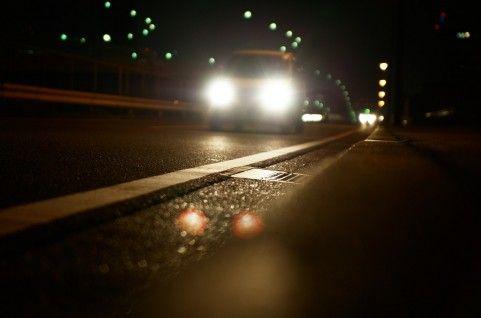 道路を走る車のライト