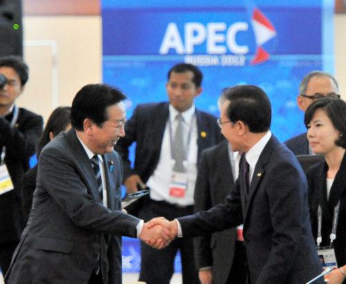 野田首相、韓国・李大統領と握手 「言葉は交わさず」…APEC首脳 ...