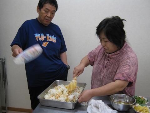団扇で酢飯を作ります