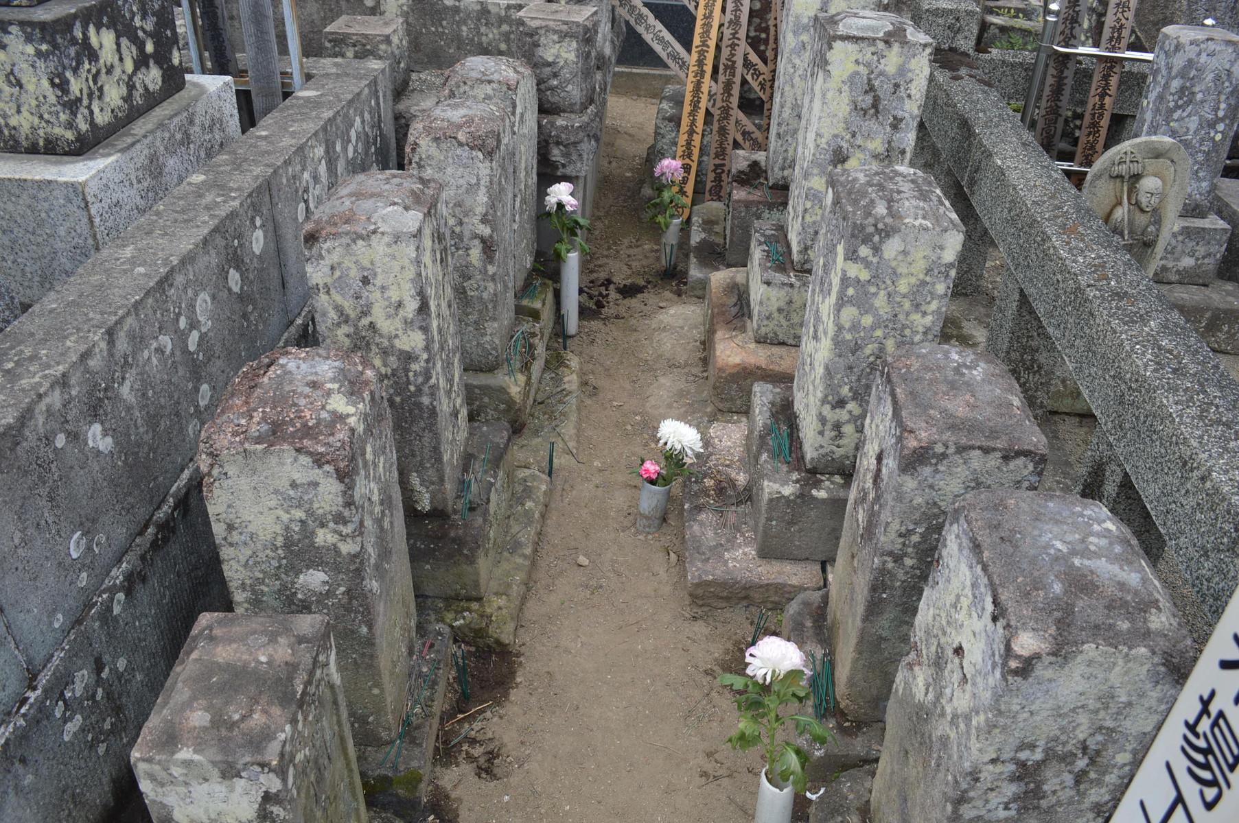 DSC_1120 (女工さんのお墓たち。本当はお墓の写真なんてとるのは趣味じゃないのです...