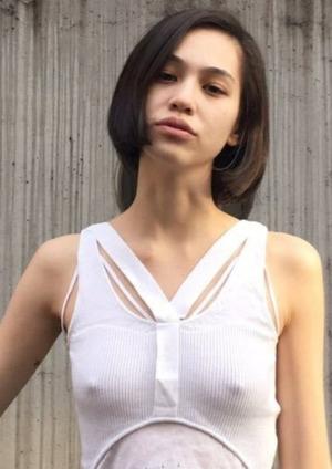 水原希子が思いっきり乳首浮き出ててワロタwwwノーブラ&透け乳首画像!