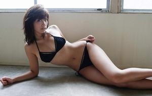 【ドスケベボディ】モデル兼グラドル・久松郁実のくびれ巨乳な黒ビキニ画像!