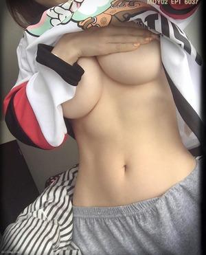 くびれボインちゃんの下乳もみごとなドスケベ乳画像!
