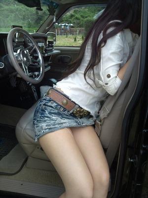 ミニスカ女子の車の中ふともも&パンチラのエロス画像wwww