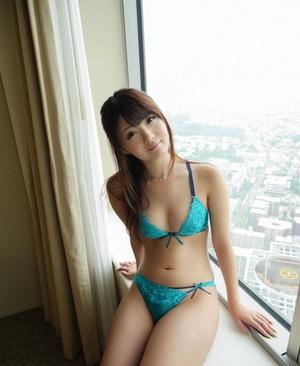 太ももの肉感が素晴らしい川村まやのお嬢様セクロスと黒ガーターベルト画像