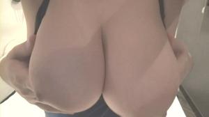 神乳Jカップくびれレイヤーのスク水パイズリ動画!