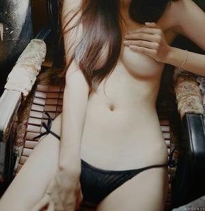 【ドスケベポーズ】手ぶらで乳房を隠す女の子画像www
