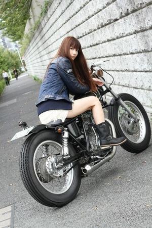 バイクにまたがる女ってなんかこうグっとくるよねwww
