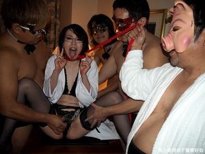 【ドスケベプレイ】全頭マスクに精液便所ダブルピース!32歳女医を輪姦!