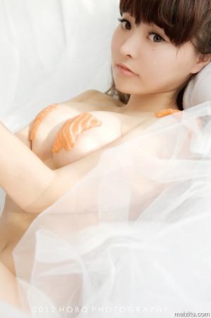 女体盛りを勘違い???サーモンでニプレスというヌード画像www