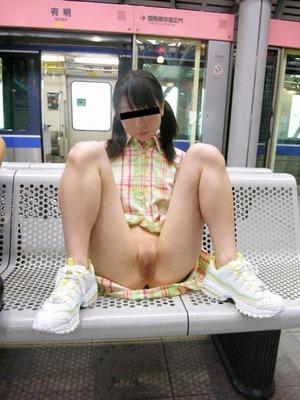 (ドすけべシロウト)外でまんこ見せポーズをとる露出系シロウト女子のえろ写真w