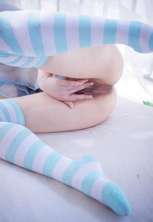 【ニーソLOVE】水色ボーダーニーソ女子のくぱぁ開脚ポーズえろいwww