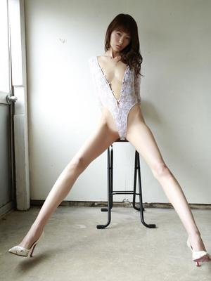 【脚フェチ画像】足細い!スレンダー美脚「しほの涼」ちゃんのグラビア!