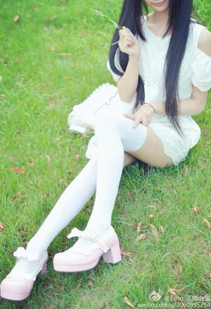 清楚感がいい!白ニーソ女子の足フェチエロス画像!