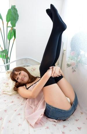 【ニーソ】おしゃれ女子のエロい太ももとパンチラな開脚エロ画像!