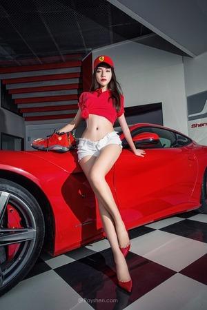 【脚フェチ画像】フェラーリと美脚モデルの存在感すごすぎ画像www