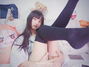 大人しそうな清楚な美少女のニーソ美脚自撮り画像!