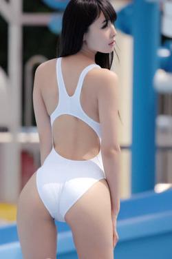 水着が引き立てる曲線美wwwエロ尻&美尻なお嬢さん画像!