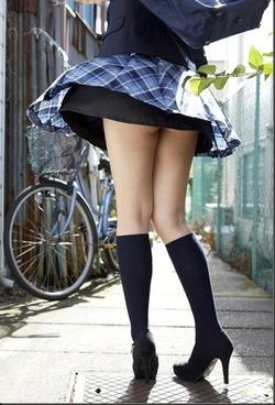 白パンツ!JKのパンチラ&スカートたくし上げの制服エロス画像!