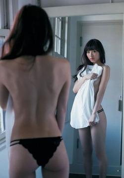 きゅんとした小尻!モデルで女優なダーリオこと内田理央ちゃんの水着グラビア!