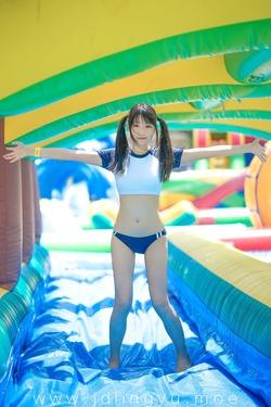 ツインテ美少女がブルマでプールではしゃいでて可愛いwww